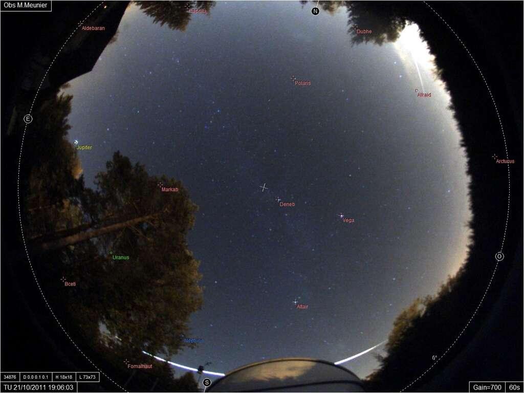 Image du bolide du 21 octobre passant à l'horizon derrière la coupole d'un observatoire amateur situé en Seine-et-Marne. © M. Meunier