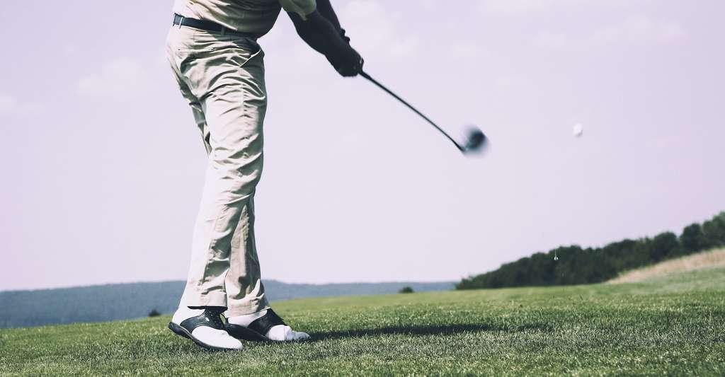L'effet Magnus — qui veut que la rotation d'une balle améliore son vol — est lui aussi amélioré par la présence d'alvéoles sur la surface des balles de golf. © markusspiske, Pixabay, CC0 Creative Commons
