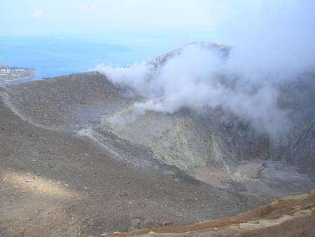 Cliquer pour agrandir. Les fumerolles s'élevant du cratère de Vulcano Fossa sont riches en eau. Crédit : Laurent Sacco/Futura-Sciences