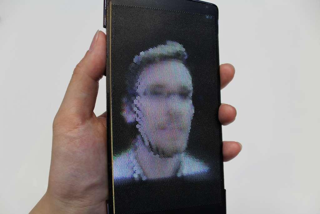 La technologie d'affichage 3D de l'HoloFlex permet d'éviter le recours à des lunettes spéciales. Par ailleurs, la possibilité de plier l'écran contribue à accentuer l'effet holographique en faisant « ressortir » les objets. © Queen's university, Human Media Lab