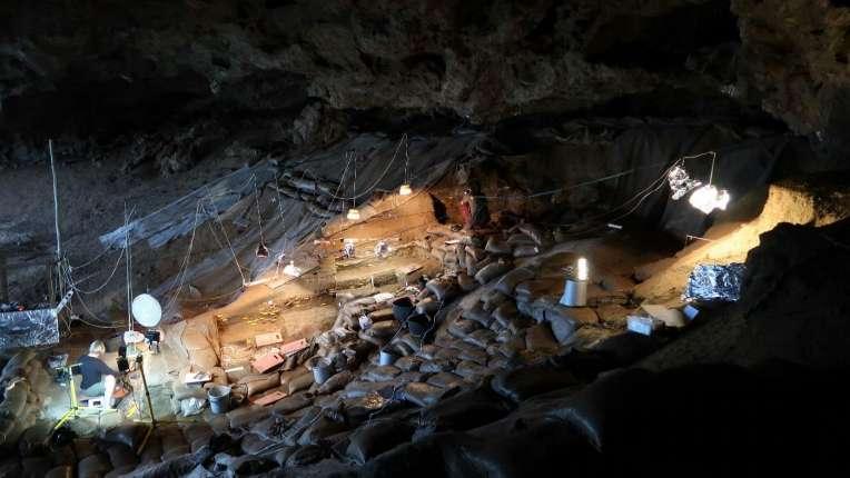 Fouilles à Border Cave conduites par l'équipe franco-sud-africaine. © Lucinda Backwell
