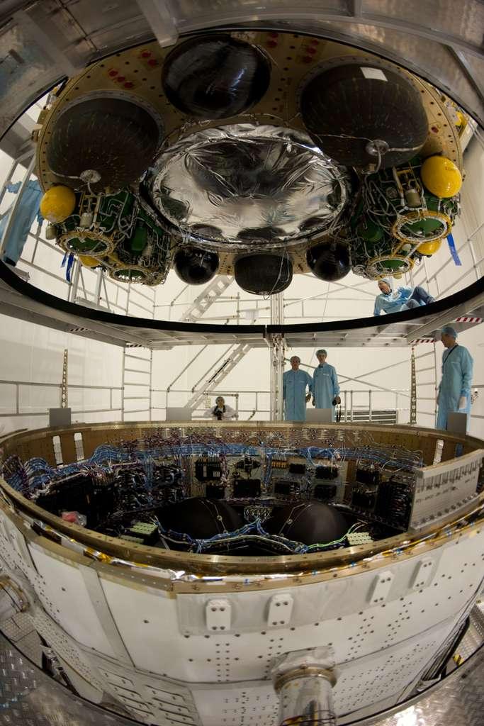 Assemblage du module de charge utile ICC sur le module de service SSA qui abrite le système de propulsion de l'ATV, composé de quatre moteurs principaux et de vingt-huit moteurs de manœuvre (dont huit sont installés sur l'ICC), ainsi que les chaînes avioniques du vaisseau constituant le cerveau du véhicule. © Esa/S. Corvaja