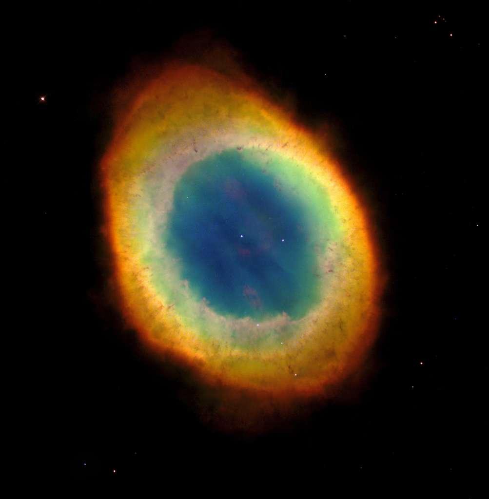 Une vue précédente de M57, la nébuleuse de la Lyre, prise avec le télescope spatial Hubble. Elle montrait déjà des détails spectaculaires de cette nébuleuse planétaire. © Hubble Heritage Team, Nasa