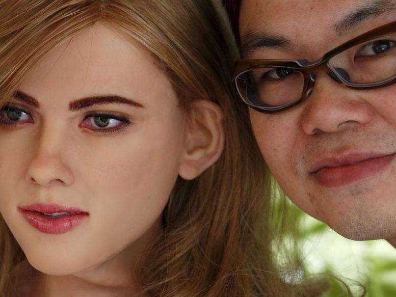 Rick Ma, un designer basé à Hong-Kong, pose ici à côté de sa création : une humanoïde qui ressemble beaucoup à l'actrice Scarlett Johansson. © Bobby Yip, Reuters