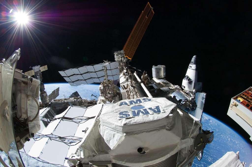 Une vue du détecteur de rayons cosmiques AMS à bord de l'ISS. Il traque des signes indirects de l'existence des wimps. © Nasa