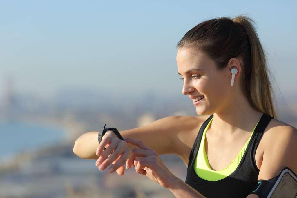 Pour faire du sport, répondre aux appels ou encore aux SMS, la montre connectée à des utilités multiples © PheelingsMedia, Adobe Stock