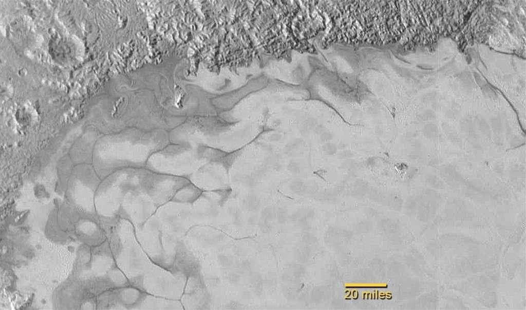 Au bord de la plaine Spoutnik, dans la région Tombaugh, dans le cœur de Pluton, la glace, étonnamment jeune, semble couler, peut-être comme celle d'un glacier. Il y a du mouvement sur cette petite planète qui, il y a seulement 25 ans, passait à son périhélie, au plus près du Soleil. © Nasa, JHUAPL, SwRI