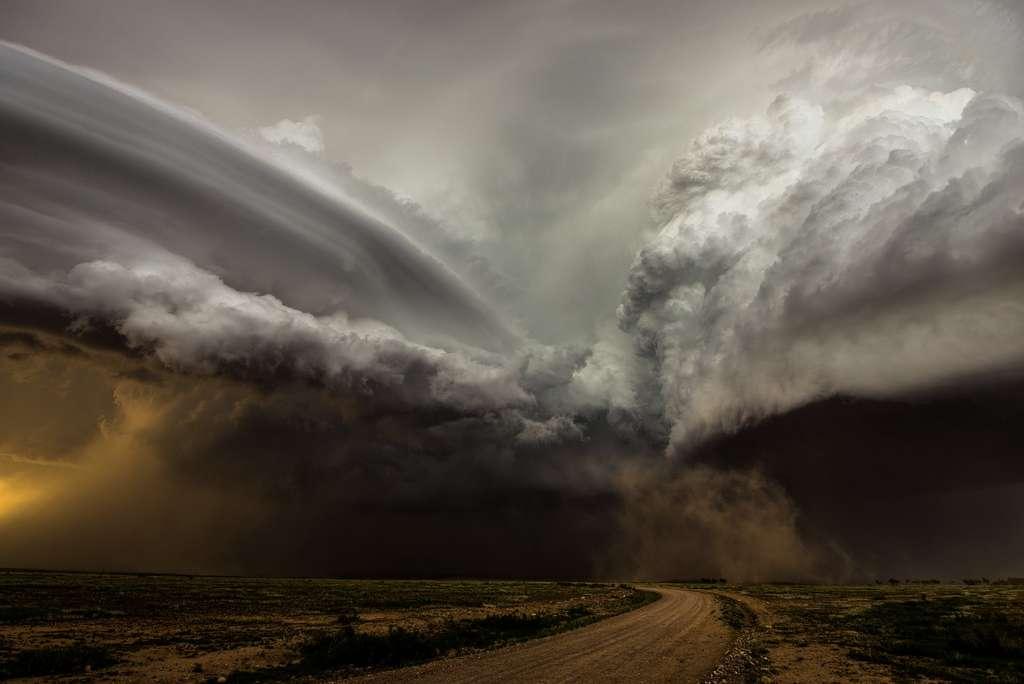 Deux grandes tempêtes se font face. De par ses flancs stratifiés et modelés par les vents, celle de gauche apparait un peu plus âgée que celle de droite, qui n'a de cesse de se gonfler. © Camelia Czuchnicki, Royal Photographic Society