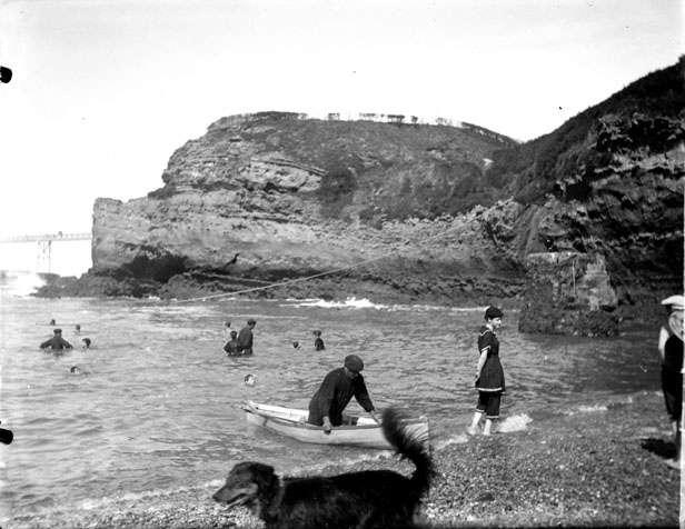 La baignade à Biarritz en 1891. Depuis, le nombre de baigneurs a considérablement augmenté... et les accidents aussi. L'INVS vient de publier les premiers chiffres de l'été 2012 et l'INPES propose une brochure en forme de mode d'emploi. © DP