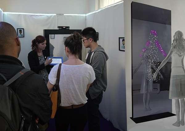 Le prototype d'Évidence en pleine démonstration. Un poster, à droite, schématise l'utilisation. Sur le miroir (à gauche, en arrière-plan), on distingue le boîtier Kinect. © Manon Lapert