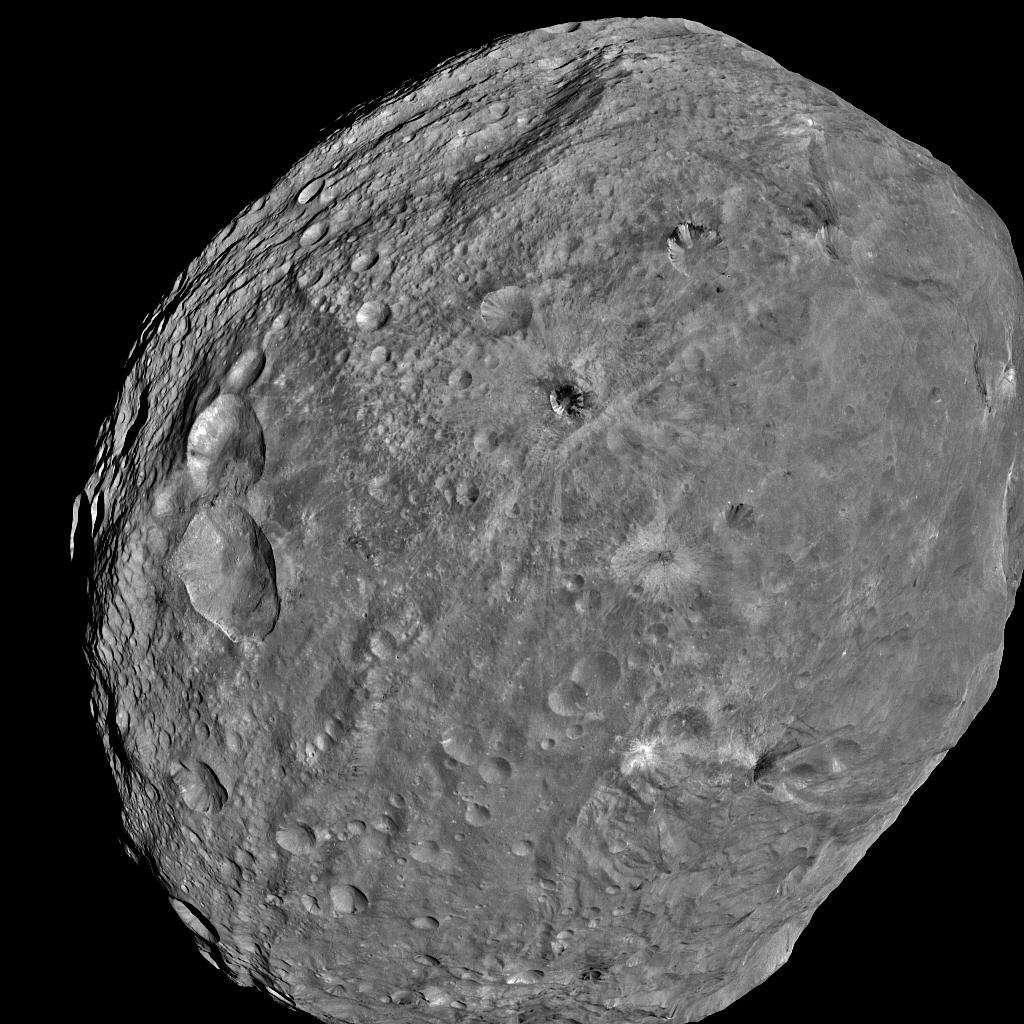 La sonde Dawn de la Nasa a obtenu cette image de l'astéroïde Vesta le 24 juillet 2011. Elle a été prise à une distance d'environ 5.200 km. La prochaine étape de l'itinéraire de la sonde sera une rencontre avec la planète naine Cérès. © Nasa, JPL