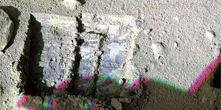 Image en fausses couleurs des tranchées creusées dans le sol martien, déjà revêtues d'une pellicule de glace. Crédit Nasa