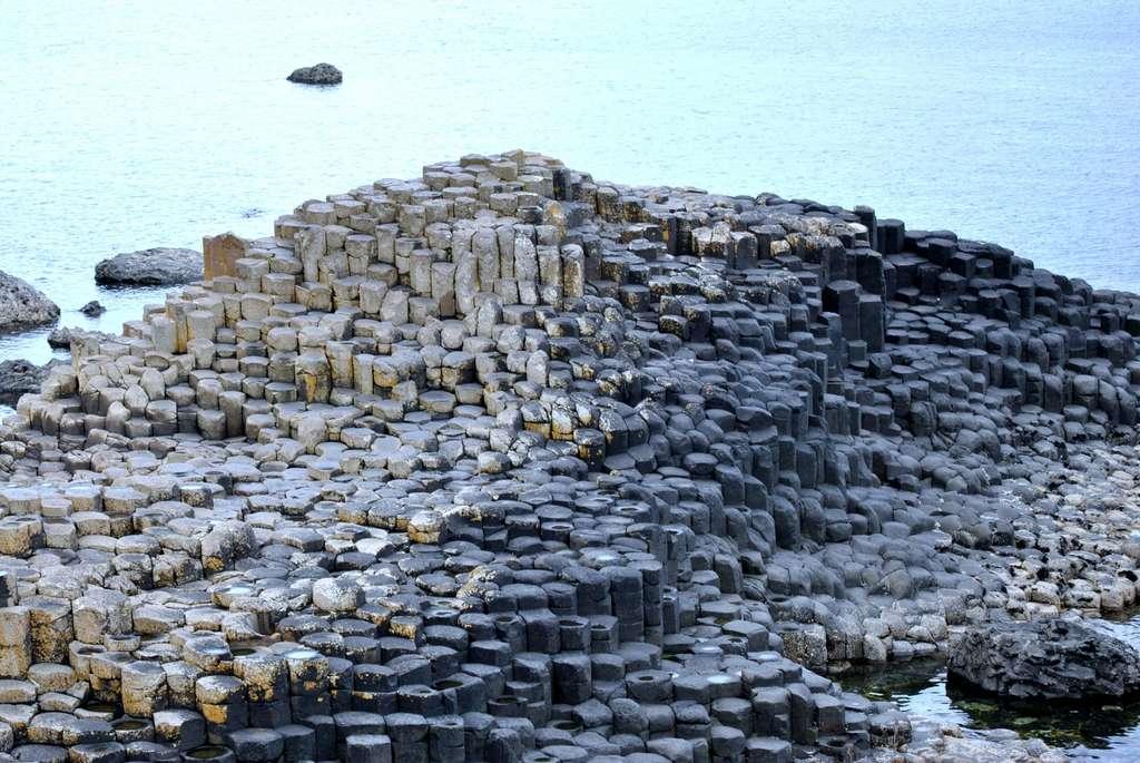 Les colonnes basaltiques de la chaussée des géants présentent des formes géométriques étrangement régulières. © aquartier78, Flickr
