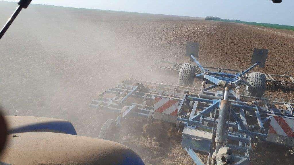 Le vibroculteur est attelé au tracteur. © Frédéric Choiselat