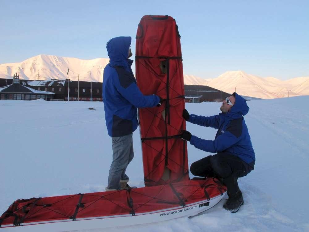 Alan Le Tressoler (à gauche) et Julien Cabon devant l'université de Longyearbyen au Spitzberg. Ils viennent de recevoir leurs traîneaux de 2,20 mètres qui serviront à leur expédition au pôle Nord. © Pôle Nord 2012
