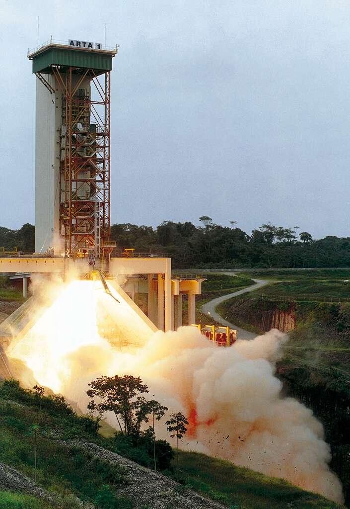 Le banc d'essai des boosters est situé sur le site du Centre spatial guyanais. Ici, essai d'un booster d'appoint d'Ariane 5 (mai 2000). Le banc a été modifié pour s'adapter aux moteurs à propergol solide d'Ariane 6 et Vega. © Cnes, ESA, service Optique du CSG