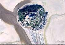 (Cliquer pour agrandir.) Le Mont Saint-Michel vu par Google Earth à gauche et par Géoportail 3D à droite © Google; IGN