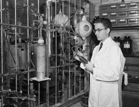 Stanley Miller jeune dans son laboratoire vers 1953. © Dept. of Chemistry & Biochemistry, University of California, San Diego