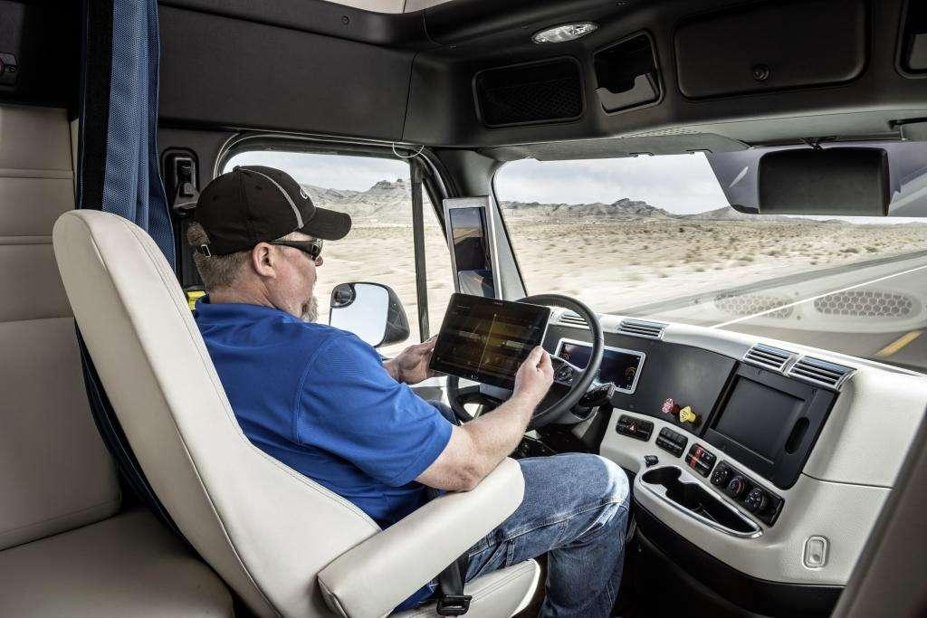 D'ici quelques années, le métier de chauffeur poids lourd pourrait considérablement évoluer avec l'arrivée de systèmes de conduite semi-autonome. © Daimler