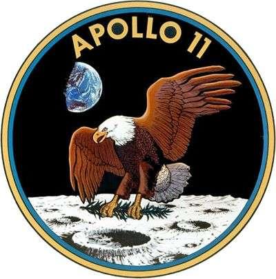 L'emblème d'Apollo 11 fera à jamais partie de l'Histoire de l'Humanité. Il avait été dessiné par Michael Collins, le troisième homme de la mission, resté en orbite lunaire. L'aigle avait été récupéré dans un magazine National Geographic (qui ne se plaignit jamais du plagiat) et le rameau d'olivier ajouté pour souligner le caractère pacifique du programme.