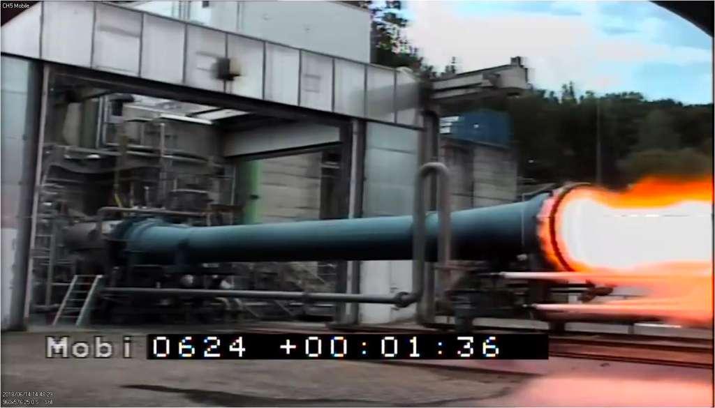Premier essai du démonstrateur ETID. D'ici la fin de l'année, une vingtaine d'autres essais de mise à feu, d'une durée de 120 secondes chacun, sont prévus. © ArianeGroup, DLR