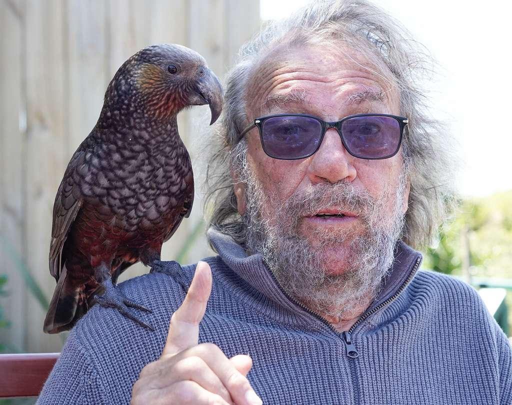 Kapiti Island : Antoine et un perroquet kaka sur son épaule. © Antoine, tous droits réservés