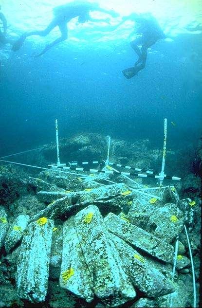 Des membres de la DRASSM effectuent des plongées archéologiques au-dessus des lingots de plomb de l'épave de Ploumana'ch. © culture.gouv.fr