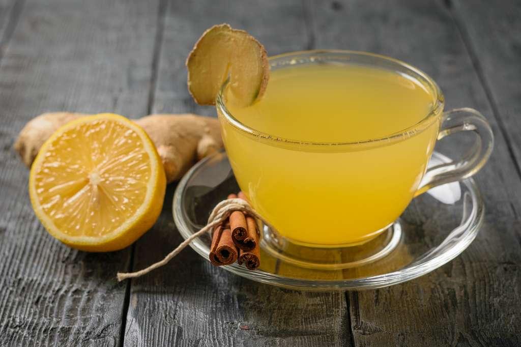 L'acide citrique du citron présente également de nombreux avantages, il facilite la digestion, lutte contre le tartre et les taches sur les dents, éclaircit les cheveux et sert même de détachant pour le linge. © kvladimirv, Fotolia