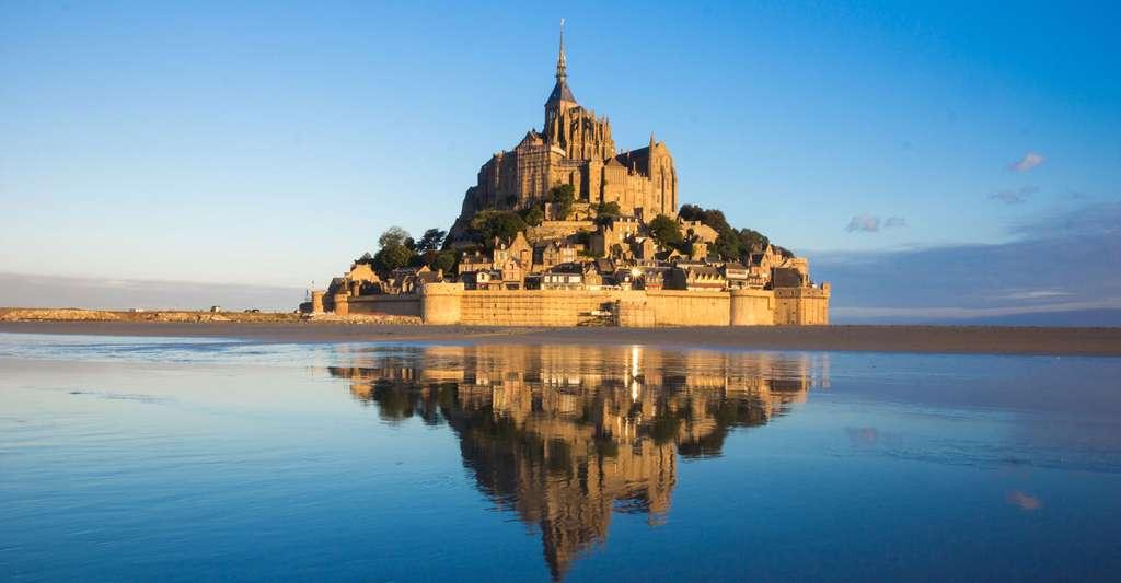Le Mont-Saint-Michel se reflétant dans la mer. © Kanuman, Shutterstock