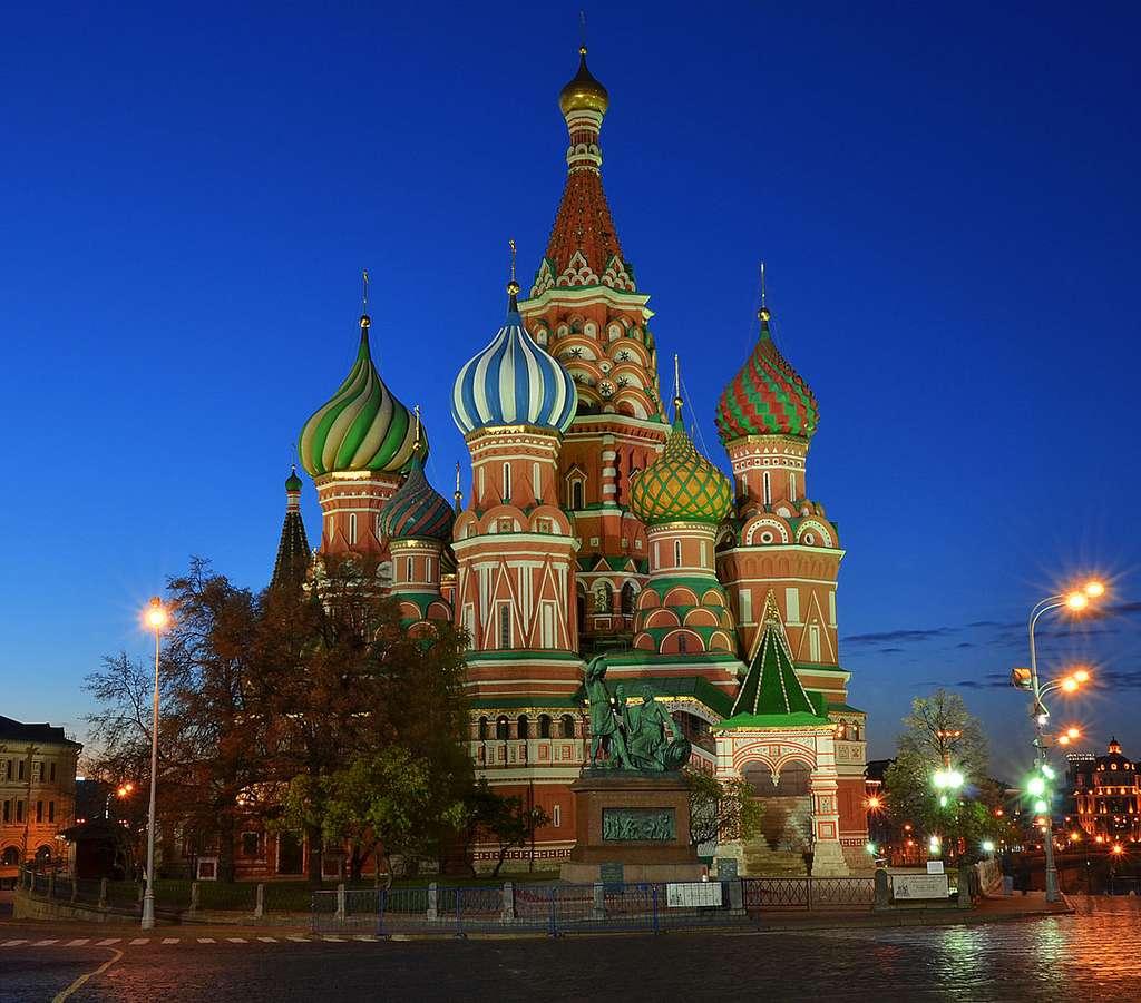 Le monument de Minime et Pojarski, devant la cathédrale Saint-Basile, sur la place Rouge © Sergey Korovkin 84, Wikimedia Commons, CC by-sa 3.0