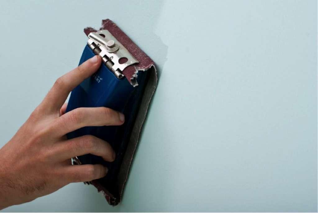 On peut égrener avec une cale à poncer, à condition de ne pas appuyer trop fort. © Éco-Peinture