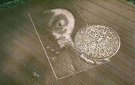 Superbe création réalisée dans la ferme de Crabwood (près de Winchester, Hampshire) en 2002. Les carrés inclus dans le cercle seront interprétés comme des caractères ASCII codés en binaire.