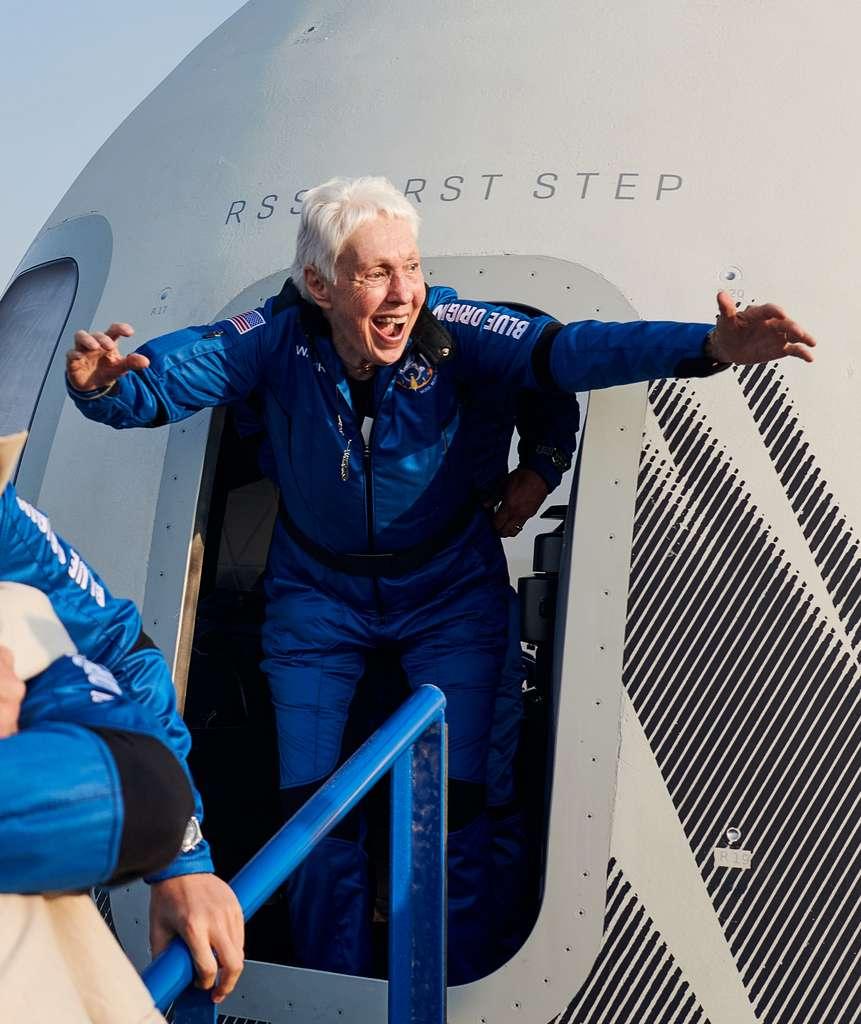 Wally Funk sort de la capsule spatiale après son vol dans l'espace le 20 juillet. © Blue Origin