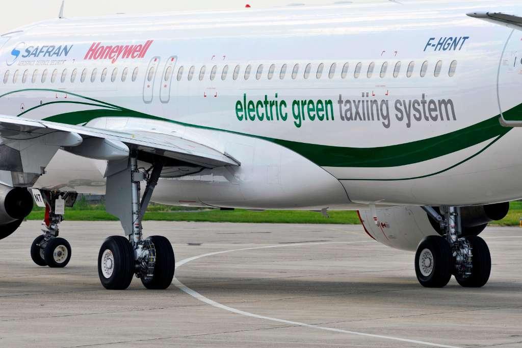 Les moteurs électriques du système EGTS sont solidaires des roues internes du train d'atterrissage principal. Ils permettent également à l'avion, un Airbus A320, de faire des virages serrés, voire de tourner sur place. © Éric Drouin, Safran