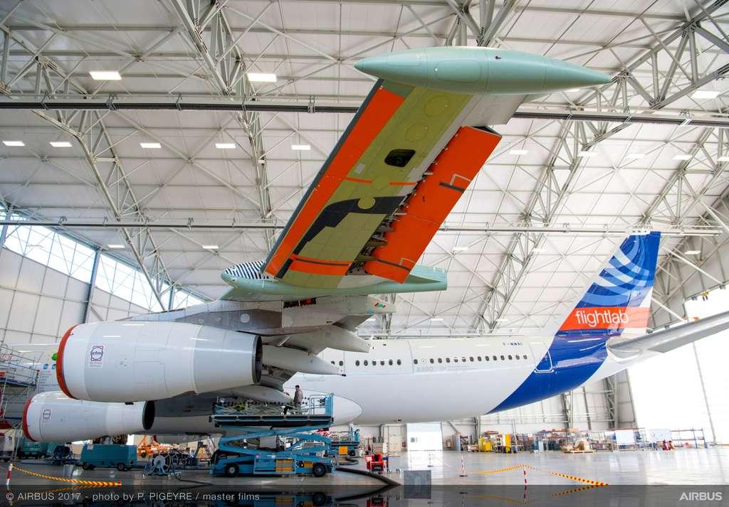 L'extrémité d'aile (avec, ici, un aileron abaissé) au profil laminaire, fin mais autant bombé sur le dessous (l'intrados) que sur le dessus (l'extrados). Ce montage est expérimental. Seules les extrémités des ailes ont été changées, le reste de la voilure est celle de l'A340-300 originel. © Airbus