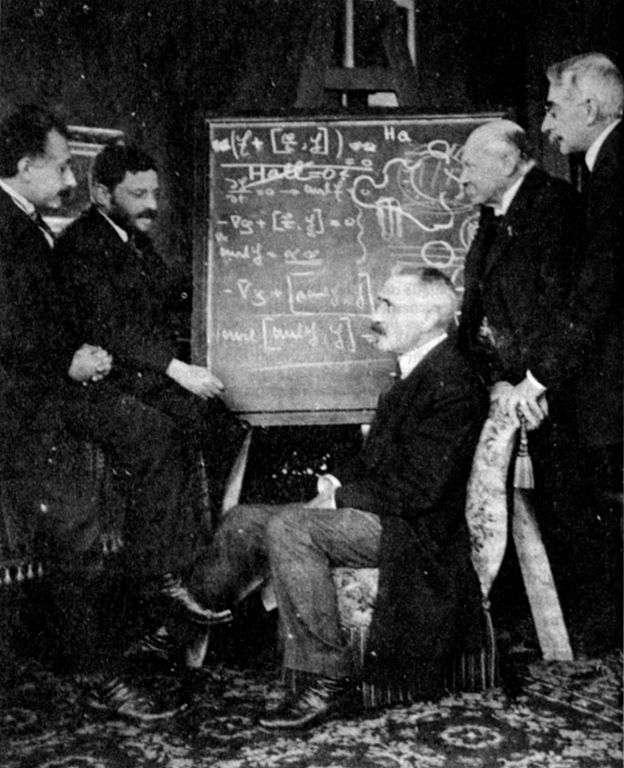 De gauche à droite Albert Einstein, Paul Ehrenfest, Paul Langevin, Heike Kamerlingh Onnes et Pierre Weiss en 1920 (chez Onnes). Ces quatre physiciens se sont intéressés aux propriétés magnétiques de la matière. © Wikipédia, DP