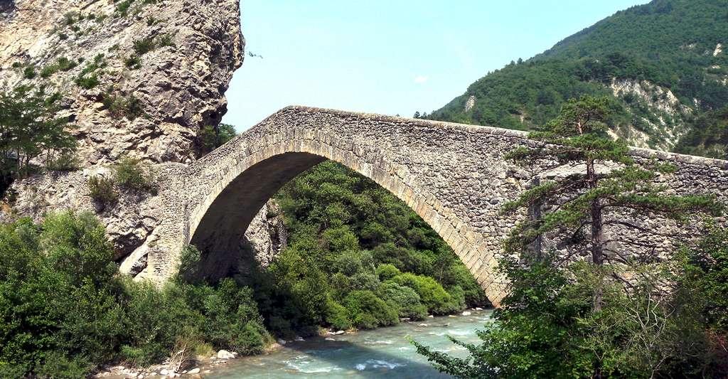 Pont de la reine Jeanne. © Michel ROYON, Wikimedia commons, CC by-sa 3.0