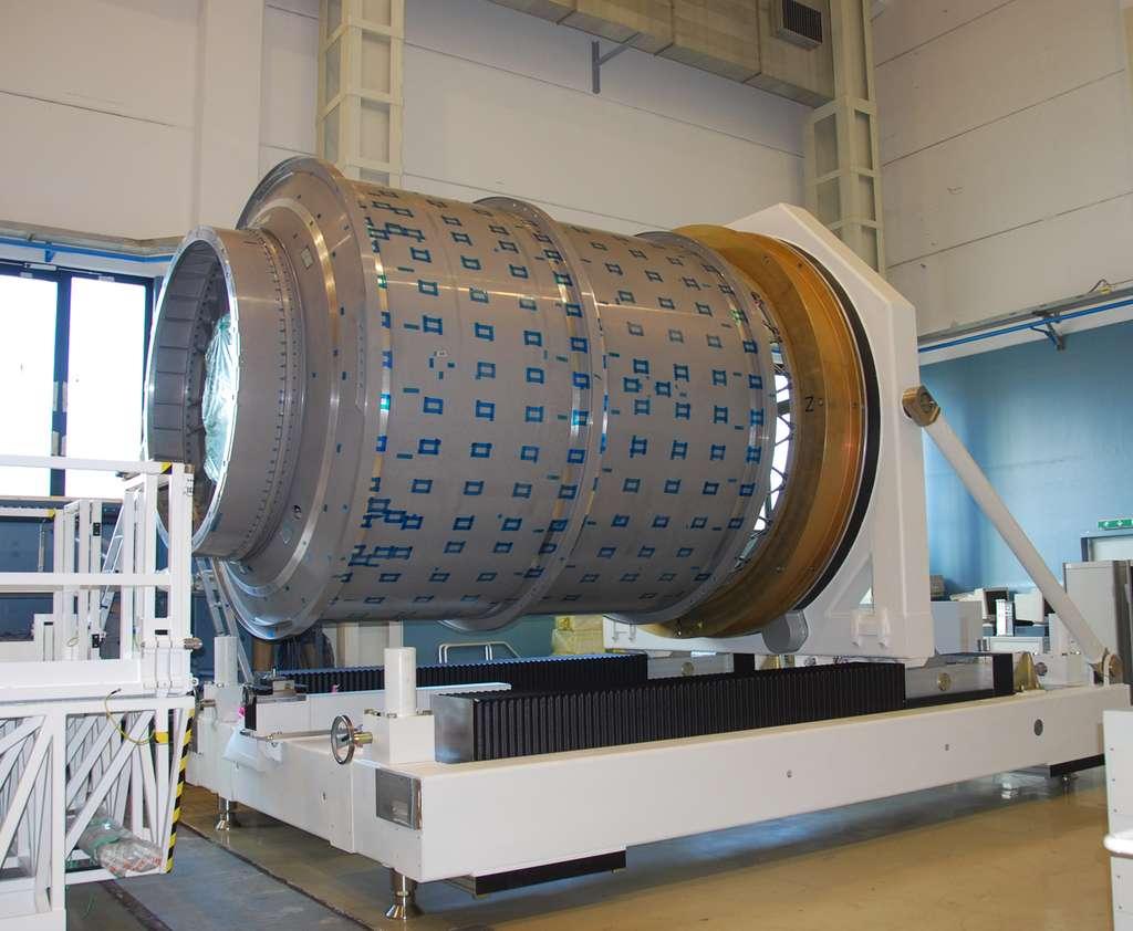 Le module pressurisé du premier cargo américain Cygnus opérationnel (le deuxième après le vol inaugural) dans l'usine Turinoise de TAS. On peut remarquer les biellettes de connexion avec le module de service du Cygnus (remplacé ici par l'anneau jaune). © Rémy Decourt