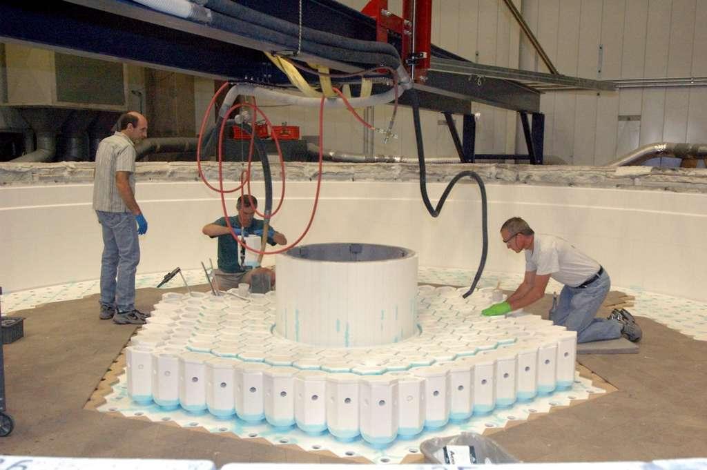 Novembre 2007 : pour économiser du verre, les ingénieurs placent un gros cylindre au centre du miroir. © Krabbendam/LSST