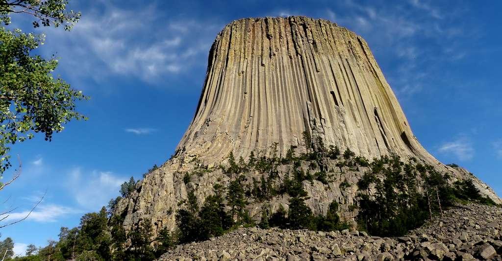 La Devils Tower, ou « Tour du Diable », est un monolithe situé à proximité des villes de Hullett et de Sundance, dans le Nord-Est du Wyoming, aux États-Unis. © loonyhiker CC BY-NC 2.0