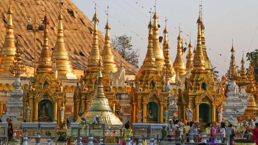 Petits stupas dorés à Rangoon