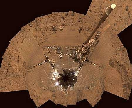 Recouvert de sable martien jusqu'au bout des panneaux solaires, Spirit joue les caméléon ! Crédit Nasa/JPL