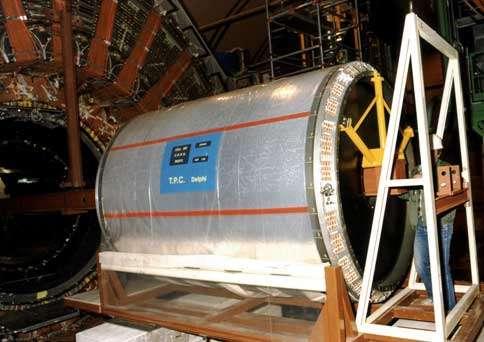 La TPC de Delphi réalisée par Saclay en collaboration avec des laboratoires du CNRS, lors de son insertion dans le détecteur .