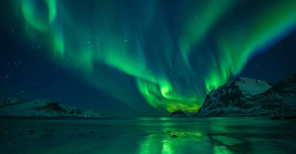 Les aurores polaires sont les témoins des interactions des particules chargées de vent solaire avec le champ magnétique de la Terre. © Felix Pergande, Adobe Stock