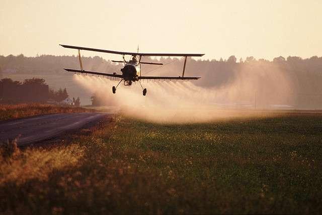 Pulvérisation de pesticides par avion, aux États-Unis. © tpmartin, Flickr, cc by nc sa 2.0