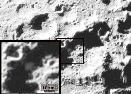 Un zoom sur la zone d'impact du module Centaure. Le panache de débris est bien visible. Crédit : Nasa