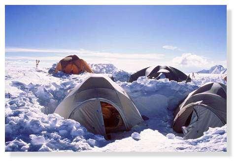 Camp 2 ou site de carottage, à 6350 m : tentes enfoncées dans la neige pour les protéger du vent. Illimani, Bolivie. © IRD/Bernard Francou.