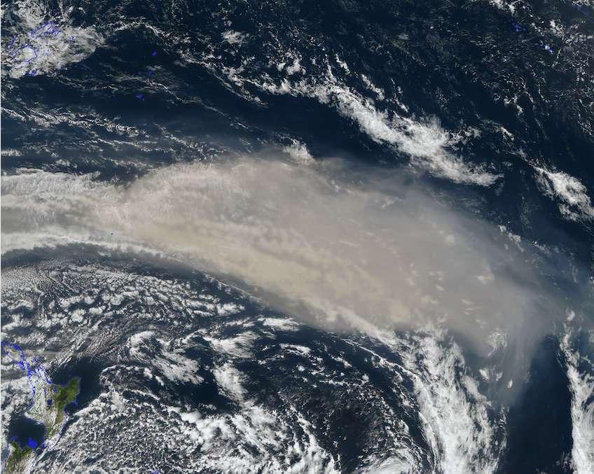 Un énorme panache de fumée – ici vu au nord de la Nouvelle-Zélande le 6 janvier 2020 – issu des incendies en Australie a atteint la stratosphère. Il s'est élevé à quelque 31 kilomètres d'altitude. © PyroCB blog, Space science and engineering center, Université du Wisconsin