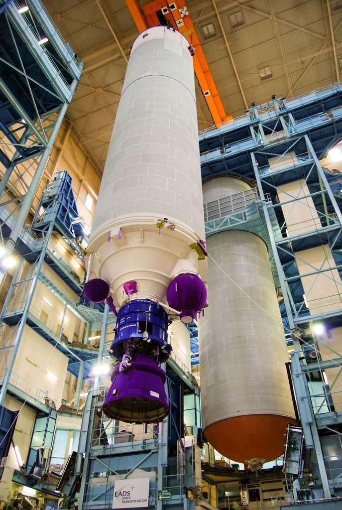 Chaîne de production de l'étage principal d'Ariane 5 dans l'usine d'Airbus Safran Lanchers, aux Mureaux. © Rémy Decourt