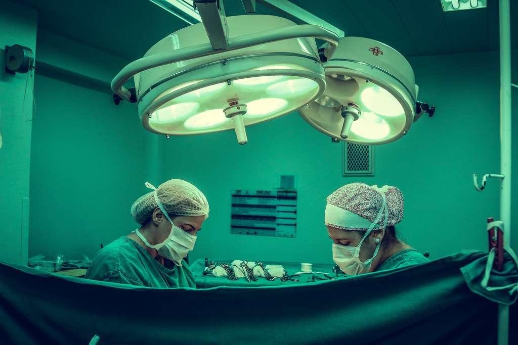 Des chirurgiens pratiquant une intervention qui pourra peut-être poser question sur le concept d'identité. © Vidal Balielo Jr, Pexels